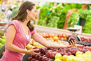 Woman shopping for apples at a grocery store